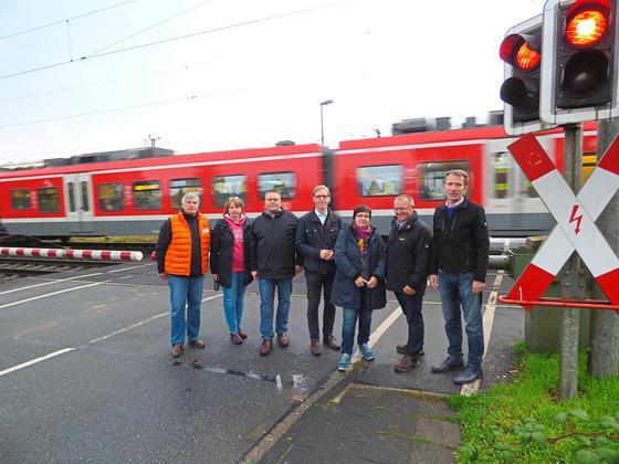 Dauerthema Bahnübergang Appelhülsen: Bundestagskandidat Marc Henrichmann  (Mitte) Mit CDU Politikern Vor Den Geschlossenen Bahnschranken. Foto:  Ludger Warnke